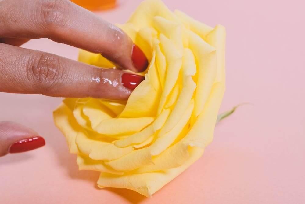 黄色いバナの中心部の人差し指と中指で触れている